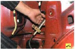 7. . и снимите антенну, вытащив дренажный шланг из уплотнителя в отверстии кузова.